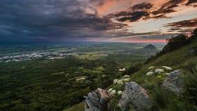Coucher du soleil et nuages au-dessus des montagnes banque de vidéos