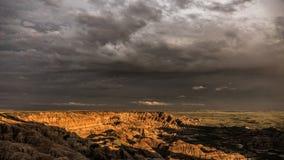 Coucher du soleil et nuages de tempête, bad-lands parc national, le Dakota du Sud photo stock