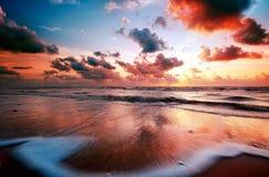 Coucher du soleil et ondes Photographie stock libre de droits