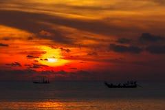 Coucher du soleil et pêcheur photo stock