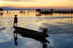 Coucher du soleil et pêcheur Photographie stock
