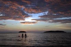 Coucher du soleil et pêcheurs du Bornéo Photos stock