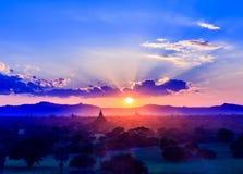 Coucher du soleil et pagodas chez Bagan, Myanmar Photographie stock libre de droits