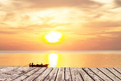 Coucher du soleil et passage couvert en bois sur la mer et ciel avec le bateau photographie stock libre de droits
