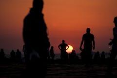 Coucher du soleil et personnes de silhouette Images libres de droits