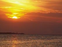 Coucher du soleil et phare de mer Photographie stock libre de droits