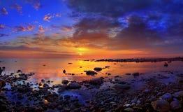 Coucher du soleil et pierres de mer Images libres de droits