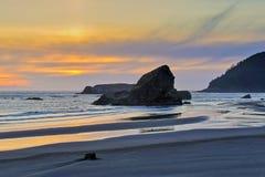Coucher du soleil et piles de mer, côte de l'Orégon Image stock