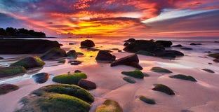 Coucher du soleil et plage d'heure de magie images libres de droits