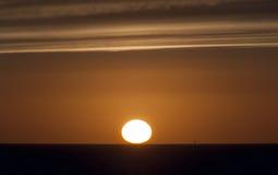 Coucher du soleil et plateforme pétrolière Photos stock