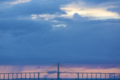 Coucher du soleil et pont de Manaus Iranduba au-dessus de l'Amazone, Brésil Images libres de droits