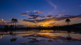 Coucher du soleil et réflexion de laps de temps beaux dans l'étang Image libre de droits