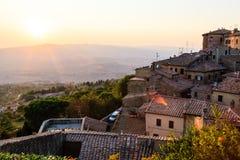 Coucher du soleil et rayons de lumière dans la petite ville Volterra Photographie stock