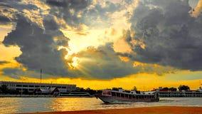 Coucher du soleil et rivière Images stock