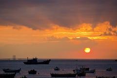 Coucher du soleil et silhouette de passerelle Images stock