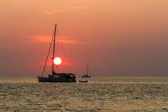 Coucher du soleil et silhouette de voiliers photos stock