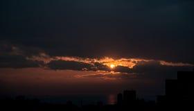 Coucher du soleil et silhouette des bâtiments. photos libres de droits