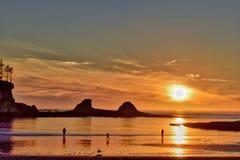Coucher du soleil et silhouettes à une plage de l'Orégon photo stock