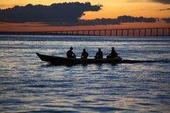 Coucher du soleil et silhouettes sur le bateau croisant le fleuve Amazone, Brésil Photos stock