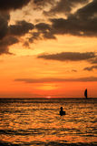 Coucher du soleil et silhouettes sur un océan tropical Image stock