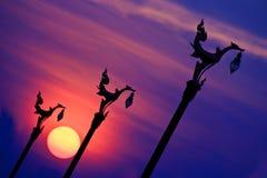 Coucher du soleil et statue de cygne Photo libre de droits