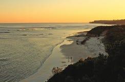 Coucher du soleil et surfers images libres de droits