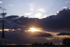 Coucher du soleil et tour de TV avant la tempête Image libre de droits