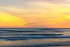 Coucher du soleil et vague Photographie stock