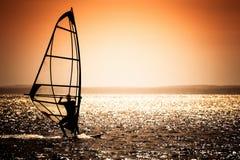 Coucher du soleil et vague déferlante Photographie stock