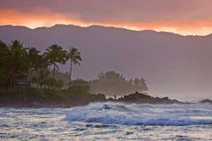 Coucher du soleil et vague déferlante hawaïens de Haleiwa Image libre de droits