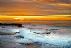 Coucher du soleil et vague déferlante, La Jolla, la Californie Photo libre de droits