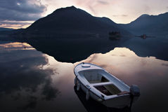 Coucher du soleil et vieux bateau de pêche en bois image stock