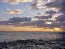 Coucher du soleil et voilier en Hawaï photographie stock