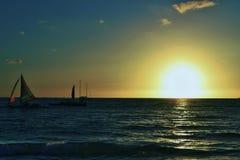 Coucher du soleil et voiliers en île de Boracay avec le ciel bleu et orange Photographie stock libre de droits