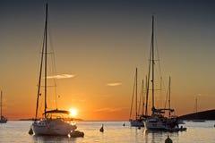 Coucher du soleil et yachts Photographie stock libre de droits