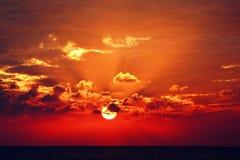 Coucher du soleil excessif au-dessus de la mer images libres de droits