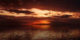 Coucher du soleil excessif en mer Photos libres de droits
