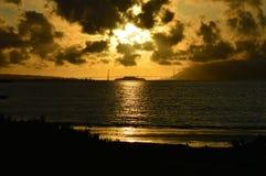 Coucher du soleil explosif sur la baie Photographie stock libre de droits