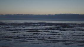Coucher du soleil fantasmagorique rare brumeux scénique foncé stupéfiant avec les couleurs violettes et magenta à la mer baltique clips vidéos