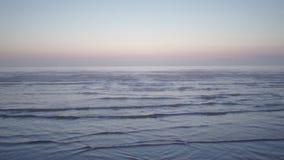 Coucher du soleil fantasmagorique rare brumeux scénique foncé stupéfiant avec les couleurs violettes et magenta à la mer baltique banque de vidéos