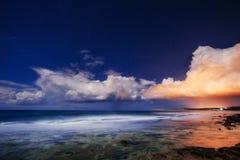 Coucher du soleil fantastique au-dessus de la mer photos stock
