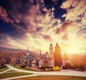 Coucher du soleil fantastique avec des cumulus au-dessus du château antique Photo stock