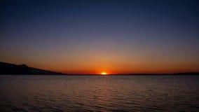 Coucher du soleil foncé au-dessus de Palava, plein scéniques de bleu, de rouge, de jaune et de violet sur le lac Nove Mlyny près  image libre de droits