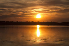 Coucher du soleil foncé au-dessus du lac Photo stock
