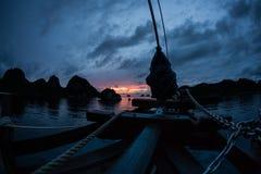 Coucher du soleil foncé dans Wayag, Raja Ampat photos stock