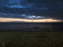 Coucher du soleil foncé sur la mer image libre de droits