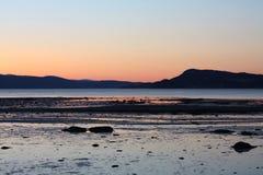 Coucher du soleil froid au printemps par Trondheimsfjorden Images stock