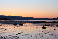 Coucher du soleil froid au printemps par Trondheimsfjorden photographie stock libre de droits