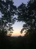 Coucher du soleil fumeux de montagne Image stock