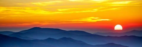 Coucher du soleil fumeux de montagne photos stock